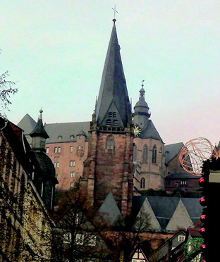 手前:ルター教会、後方:マールブルグ城