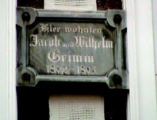 グリム兄弟が住んだ家に掛けられているプレート