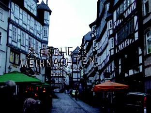 マールブルグ旧市街とクリスマスの飾り「メリークリスマス(FROHE WEIHNACHTEN)」と書かれいる